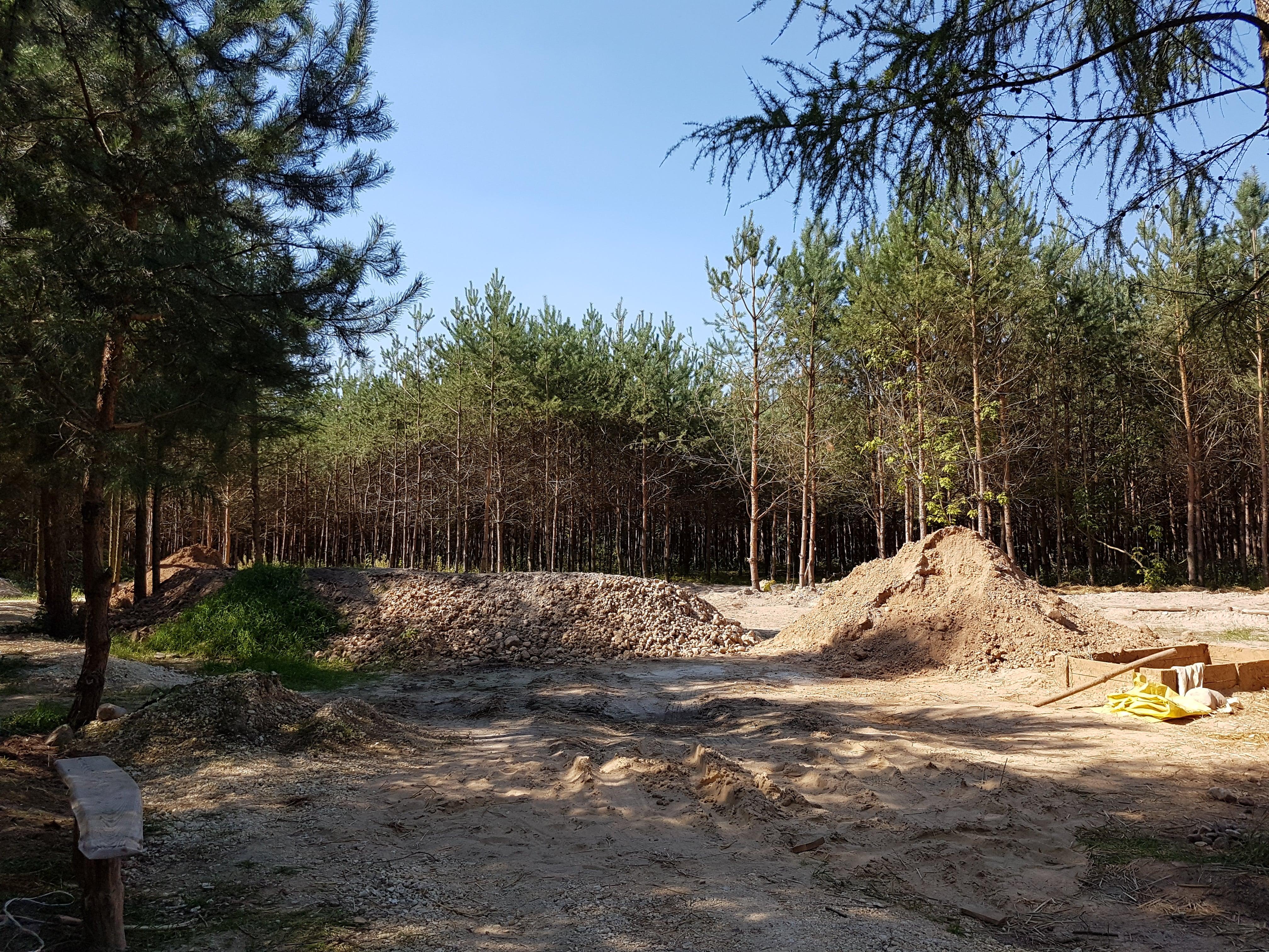 Wiosna 2016. Glina wykopana na budowę Kopuły i Amfiteatru.